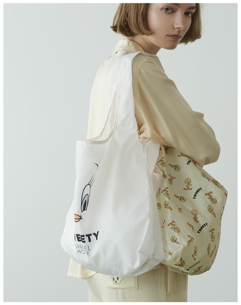 Shirt ¥8,250 , Pants ¥7,920 , Bag ¥3,300