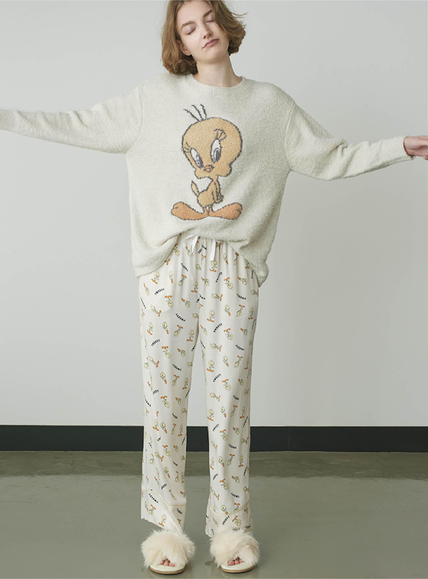 Knit ¥7,480 , Pants ¥7,920 , Room Shoes ¥3,960